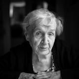Czarny i biały portret starsza ładna kobieta Fotografia Royalty Free