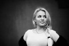 Czarny i biały portreta piękna młoda dziewczyna obrazy royalty free