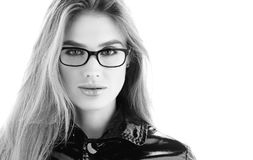 Czarny i biały portreta zbliżenie Elegancka młoda kobieta w szkłach z zmysłowym spojrzeniem fotografia stock