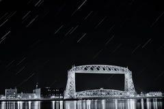 Czarny i biały powietrzny dźwignięcie mosta gwiazdy ślad Fotografia Stock