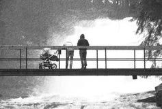 Czarny i biały przeklęty retro nakreślenie erson z dzieckiem na most above skołatanej wodzie Ogromny strumień pod małym footbridg Zdjęcie Stock