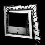 Czarny i biały schody, schody z jeden ręką zdjęcie royalty free