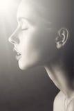 Czarny i biały splendor kobiety portret światło na czystej twarzy obrazy stock
