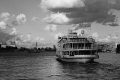 Czarny i biały statku żeglowanie na rzecznym rejsie zdjęcia stock