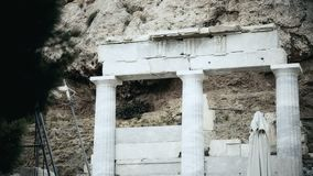 Czarny i biały strzał antyczne kolumny, wyburzająca kolumnada, horroru set zdjęcie wideo