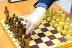 Czarny i biały szachowi kawałki na chessboard, zbliżenie bawić się set deskowe szachowe postacie Zdjęcia Royalty Free