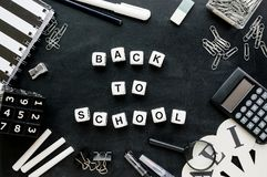 """Czarny i biały szkolnych dostaw i słów """"Back school† fotografia stock"""