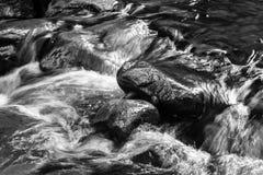 Czarny i biały tekstura bieżąca woda Obrazy Royalty Free
