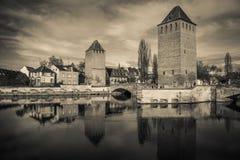 Czarny i biały widok średniowieczny bridżowy Ponts Couverts od zapory Vauban w Strasburg zdjęcia stock