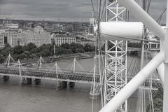 Czarny i biały widok z lotu ptaka Jubileuszowy Footbridge od Londyńskiego oka Fotografia Royalty Free