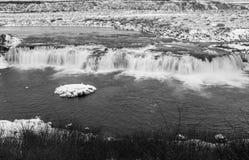 Czarny i biały wizerunek Faxi siklawa w Iceland, to jest przerwą na Złotej okrąg wycieczce turysycznej, długi ujawnienie gładzić obrazy stock