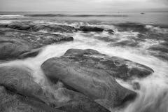 Czarny i biały wizerunek królewiątko plaża Zdjęcia Royalty Free