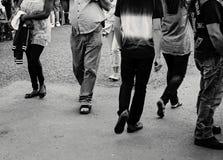 Czarny i biały wizerunek ludzi lub pedestrians chodzić fotografia royalty free
