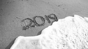 Czarny i biały wizerunek 2019 nowy rok liczby pisać na morze plaży Pojęcie świętowania, boże narodzenia i podróż, dalej fotografia stock