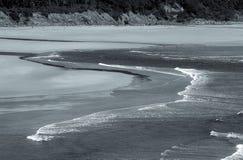 Czarny i biały wzory woda i piasek na plaży obraz stock