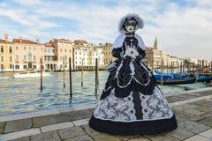 Czarny i biały costumed zamaskowana kobieta Obraz Stock