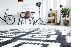 Czarny i biały dywan w pokoju Obraz Stock