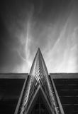 Czarny i biały geometrii szklany budynek Zdjęcia Royalty Free