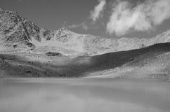 Czarny I Biały krajobraz z górami i jeziorem Zdjęcie Royalty Free