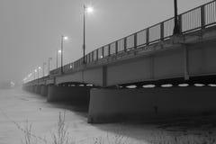 Czarny i biały most w mgle w zimie - akcyjna fotografia Obrazy Stock