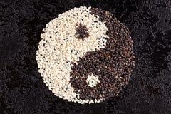 Czarny i biały nasieniodajny sezam znak yin Yang Fotografia Royalty Free
