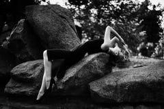 Czarny i biały portret dziewczyna w czerni sukni w parku Zdjęcia Royalty Free