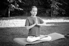 Czarny i biały portret medytuje przy parkiem nastoletnia dziewczyna Zdjęcia Royalty Free