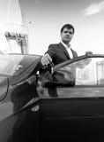Czarny i biały portreta biznesmen pokazuje samochodu klucz Zdjęcie Stock