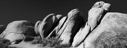 Czarny i biały rockowe formacje przy Joshua drzewa parkiem narodowym Zdjęcie Stock