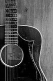 Czarny i biały stara gitara Zdjęcia Royalty Free