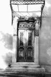 Czarny i biały stary drewniany drzwiowy Plaka Grecja Fotografia Royalty Free