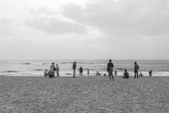 Czarny i biały sylwetka grupa przyjaciele i rodzina ma pokojowego i wolnego czas Zdjęcie Stock