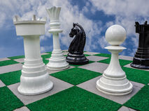 Czarny i biały szachy i niebieskie niebo Obrazy Stock