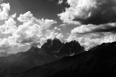 Czarny i biały widok na lato górach przy wieczór Zdjęcia Stock