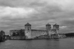 Czarny i biały widok Olavinlinna kasztel, Savonlinna, Finlandia Obraz Stock