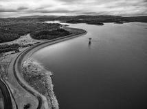 Czarny i biały widok z lotu ptaka Cardinia Rezerwuar rura i jezioro Obraz Stock
