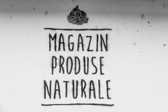 Czarny i biały ręcznie pisany sklep spożywczy podpisuje wewnątrz romanian horyzontalny Fotografia Stock