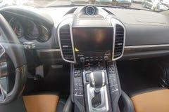 Czarny i brąz rzemienny wnętrze premii suv, węgli panel, pdk gearbox, stopwatch w desce rozdzielczej zdjęcia stock