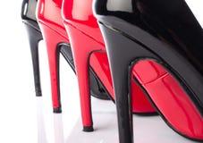 Czarny i czerwony szpilki buta zbliżenie Obrazy Stock