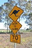 Czarny i żółty kangura znak ostrzegawczy na wiejskiej drodze Zdjęcia Stock