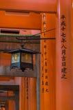 Czarny i złocisty lampion wśród Torii przy Fushimi Inari Taisha Shint Fotografia Royalty Free