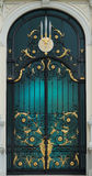 Czarny i Złocisty stalowy klasyczny drzwi w Europa stylu z białym budynkiem Obrazy Stock