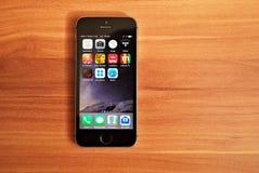Czarny Iphone 5s wystawia iOS 8 fotografia royalty free