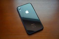 Czarny iPhone XR na drewnianym stole fotografia royalty free