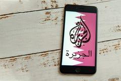 Czarny iPhone z logo ?rodki przekazu Al Jazeera na ekranie zdjęcie stock