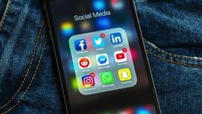 Czarny Jabłczany iPhone z ikonami ogólnospołeczni środki i różna kontuar etykietka mapy poj?cia rysunkowy ?e?ski r?ki marketingu  royalty ilustracja