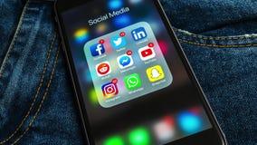 Czarny Jabłczany iPhone z ikonami ogólnospołeczni środki i różna kontuar etykietka mapy poj?cia rysunkowy ?e?ski r?ki marketingu  ilustracja wektor