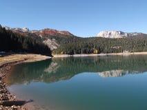 Czarny jezioro w jesieni zdjęcia stock