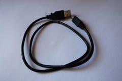 Czarny kabel z USB i microUSB pisać na maszynie b włączniki Zdjęcie Royalty Free