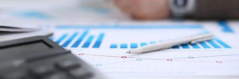 Czarny kalkulator i pieniężne statystyki na schowka ochraniaczu Zdjęcie Royalty Free